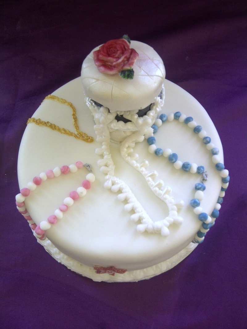 Cake Pictures For Ladies : trinket box and necklaces cake